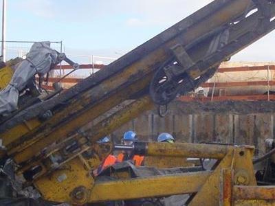 żółta maszyna do wykopywania gruntu