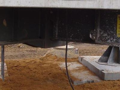 duża betonowa struktura w wykopanej ziemii