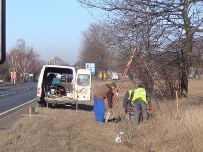 2 mężczyzn robiących dziurę w ziemii przy drodze02
