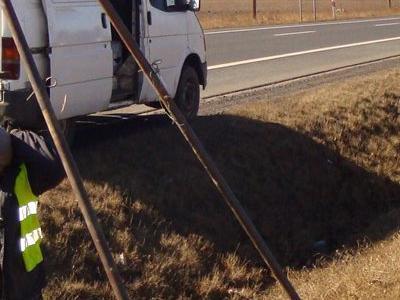 2 mężczyzn robiących dziurę w ziemii przy drodze